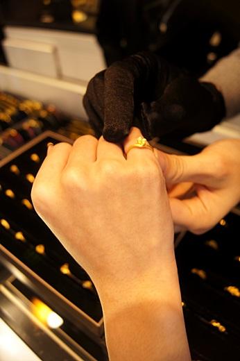 【台中銀樓】台中鑽戒及金飾禮盒資訊分享~~這家銀樓的首飾好多款也介紹的很仔細,比之前去的金飾店及珠寶店都還要推薦呢!