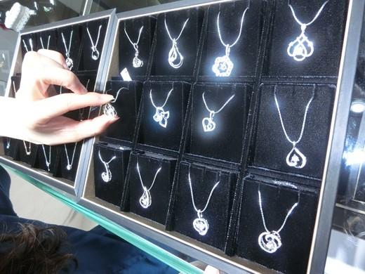 【台中銀樓】心中首選的台中珠寶專賣店,在這裡看到的項鍊,都不輸其他專櫃品牌的珠寶,在這裡看到的首飾或是項鍊價錢,都好滑算,這裡的金飾價格絕對超值