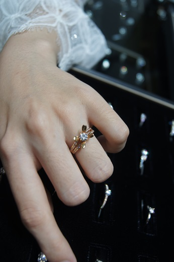 【台中鑽戒】不論是求婚婚戒還是鑽石,我的唯一推薦就是這~真的質感好到,連哥哥的婚戒也是在這訂做!多虧店員的講解,讓我瞭解到什麼才是正港的gia鑽石