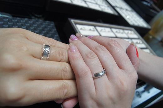 【台中gia鑽戒推薦】多虧朋友將他們求婚婚戒及結婚對戒的經驗分享給我,讓我可以找到很優質的金飾店婚戒!在銀樓挑到的鑽戒,連老婆也超喜歡的!