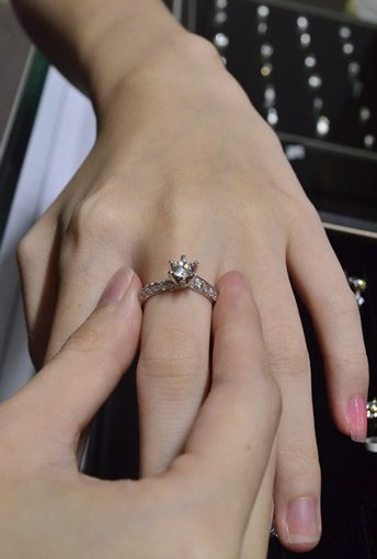 【台中鑽石GIA】介紹分享台中銀樓鑽石價格※婚戒的好評推薦在ptt上也有不少◎第一次買gia鑽石戒指就上手