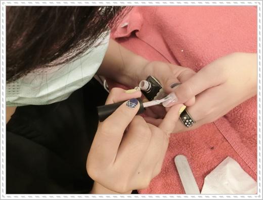 【一中美甲推薦】台中美甲店指甲彩繪功力很厲害~專業光療指甲服務超到位的~不只這樣,還有大師級的紋繡服務耶