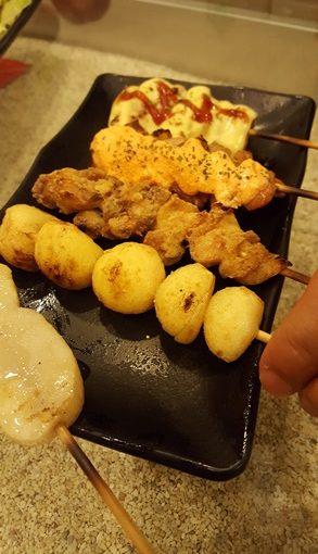 【高雄燒烤】超棒的餐廳小館~發薪日來到高雄的日本居酒屋燒烤店,果然是非常推薦朋友聚餐好地方,充滿日本風味的串燒美食料理~