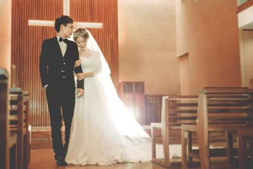 【婚紗公司】推薦專業婚紗攝影『台中』頂級質感婚紗店-台灣專業等級手工禮服質感‧推薦時髦的拍攝婚攝手法